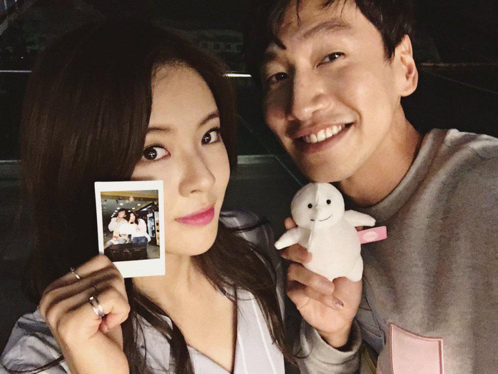 Bản sao bốc lửa của Song Hye Kyo bị hỏi về anh bạn trai Lee Kwang Soo ngay tại họp báo, đặc biệt hơn là danh tính người trêu - Ảnh 7.