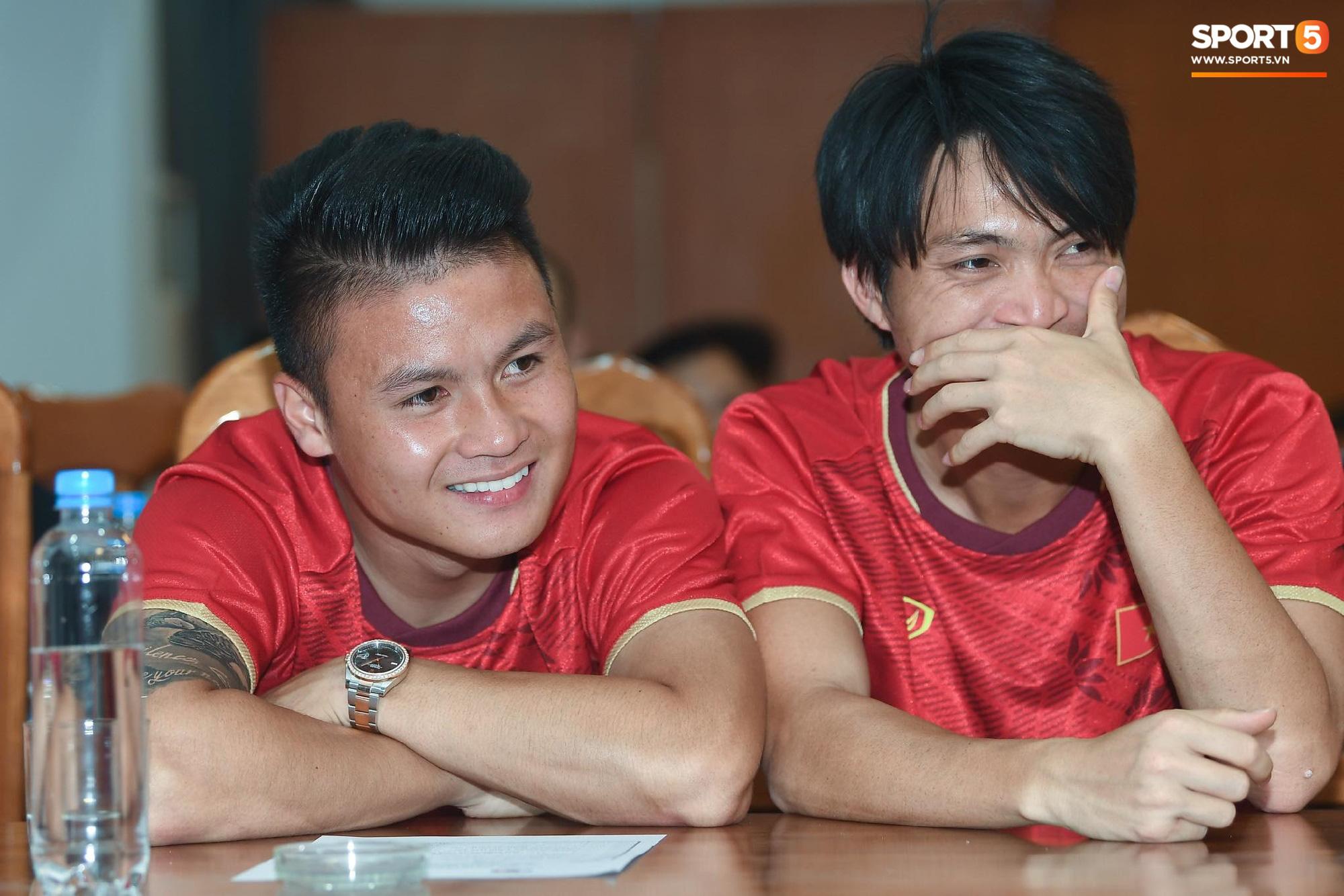 Tuấn Anh tán gẫu cực vui cùng các nữ tuyển thủ, Quang Hải gặp sự cố lạc đường hài hước trong phòng họp báo - Ảnh 3.