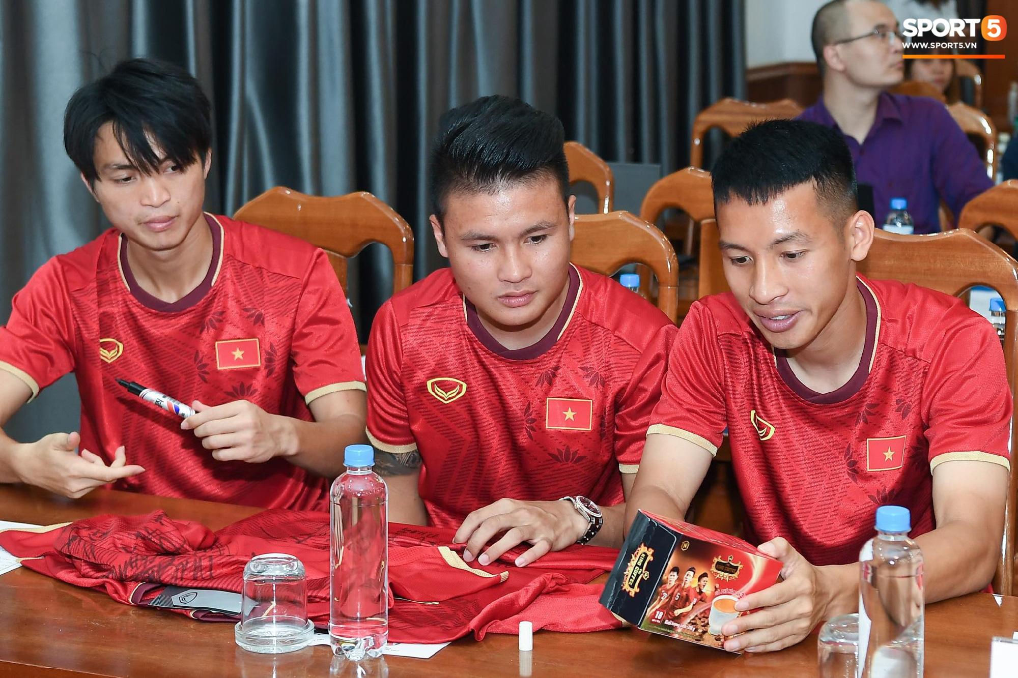 Tuấn Anh tán gẫu cực vui cùng các nữ tuyển thủ, Quang Hải gặp sự cố lạc đường hài hước trong phòng họp báo - Ảnh 1.
