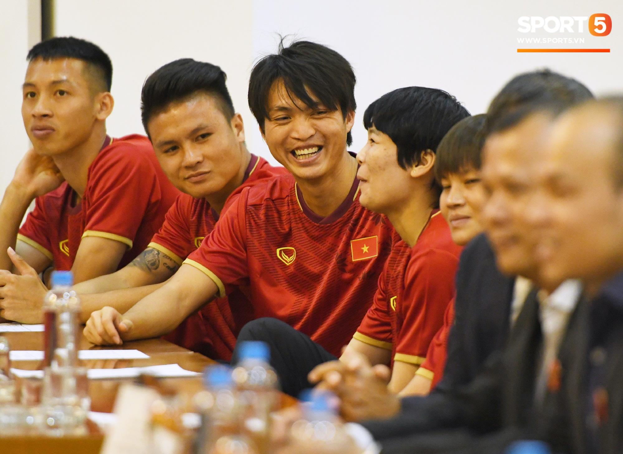 Tuấn Anh tán gẫu cực vui cùng các nữ tuyển thủ, Quang Hải gặp sự cố lạc đường hài hước trong phòng họp báo - Ảnh 2.