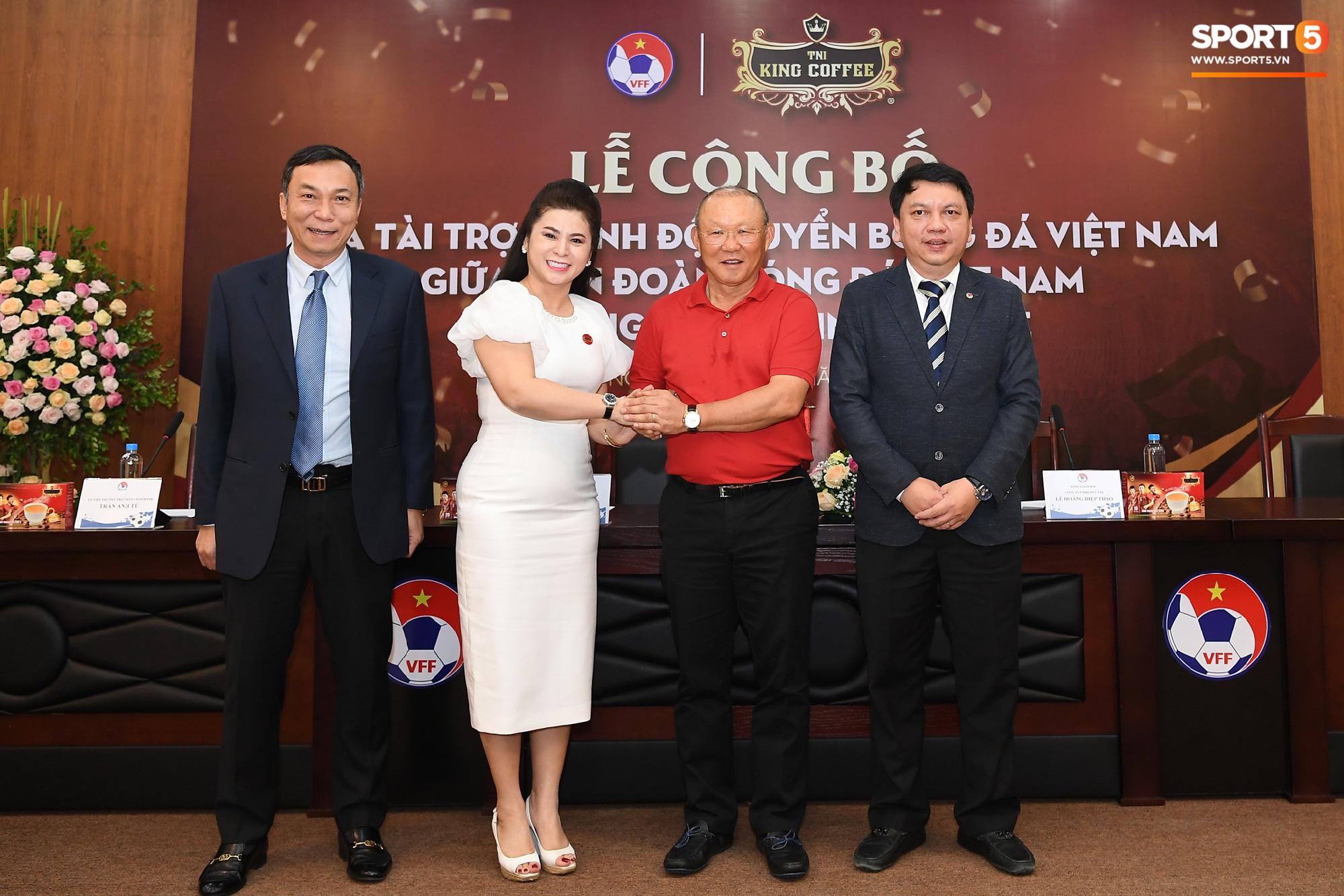 Tuấn Anh tán gẫu cực vui cùng các nữ tuyển thủ, Quang Hải gặp sự cố lạc đường hài hước trong phòng họp báo - Ảnh 8.