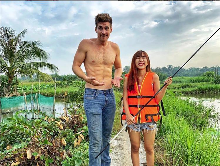Chàng YouTuber triệu view người Mỹ thích cuộc sống dân dã ở Việt Nam, chuyên cởi trần nấu món Việt nhưng sự thật lại là MC cực điển trai trên VTV - Ảnh 3.