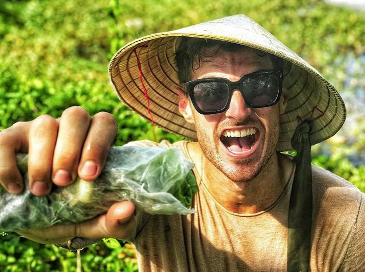 Chàng YouTuber triệu view người Mỹ thích cuộc sống dân dã ở Việt Nam, chuyên cởi trần nấu món Việt nhưng sự thật lại là MC cực điển trai trên VTV - Ảnh 2.