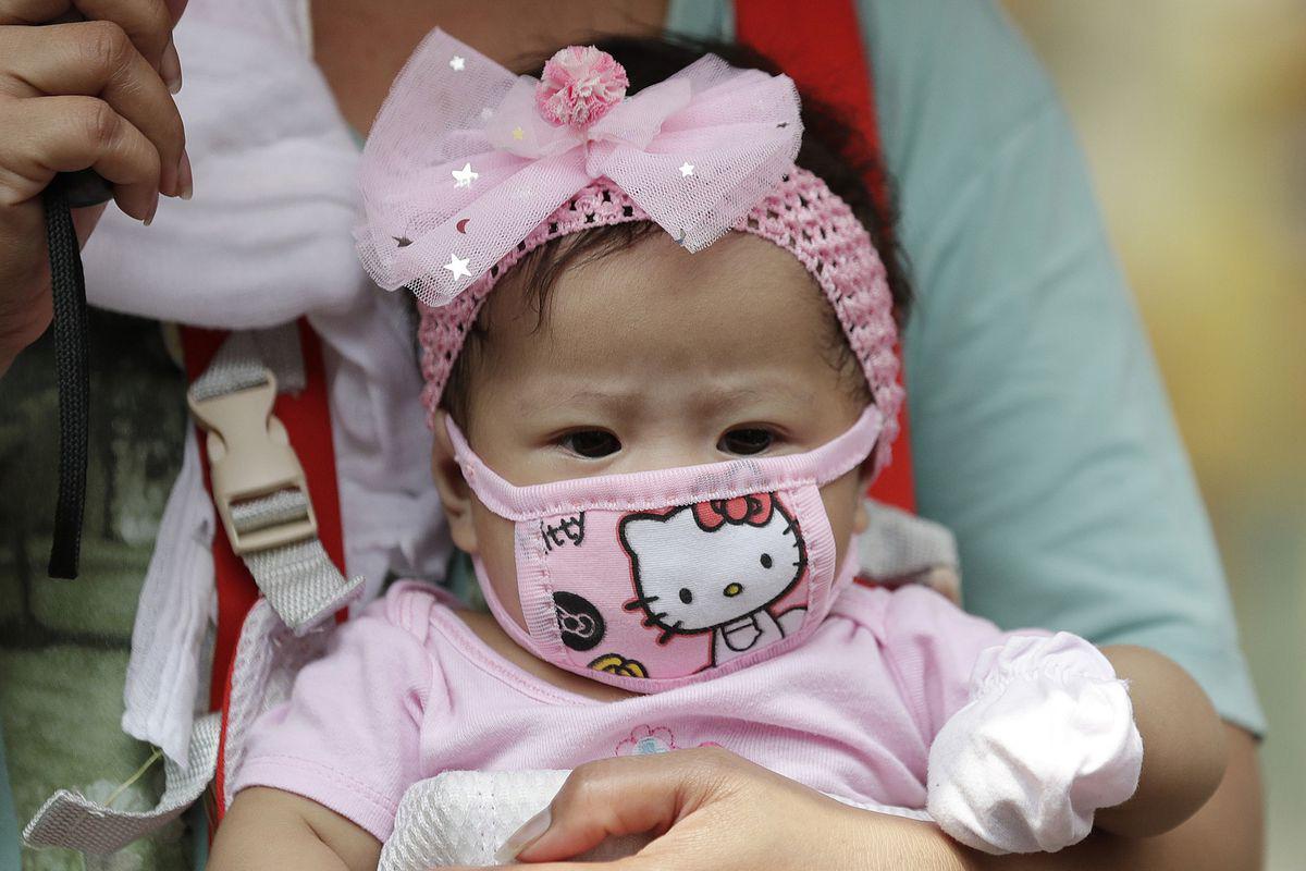Hiệp hội Nhi Khoa Nhật Bản cảnh báo không mang khẩu trang cho trẻ em dưới 2 tuổi vì nó làm tăng nguy cơ nghẹt thở  - Ảnh 1.