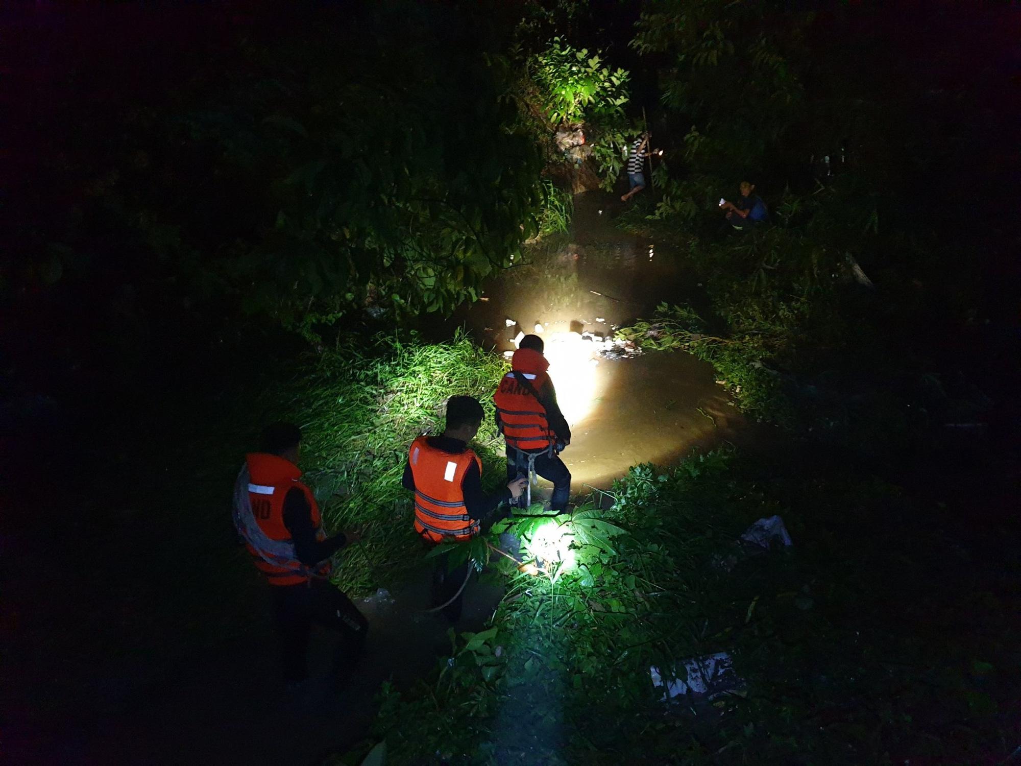 Trắng đêm tìm kiếm nhưng bé trai 4 tuổi bị nước dưới mương cuốn đi giữa trời mưa lớn vẫn biệt tăm - Ảnh 1.