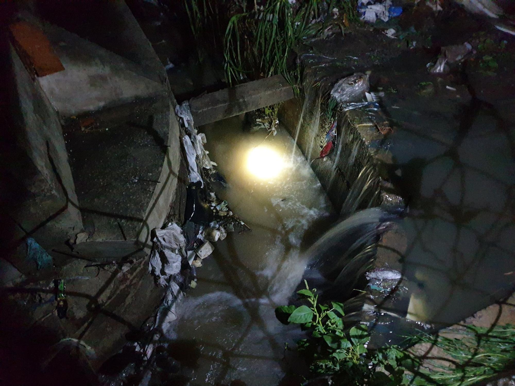 Trắng đêm tìm kiếm nhưng bé trai 4 tuổi bị nước dưới mương cuốn đi giữa trời mưa lớn vẫn biệt tăm - Ảnh 3.