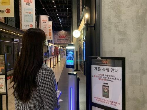 Chuỗi rạp phim CGV tại Hàn Quốc sẽ kiểm tra khách xem phim đeo khẩu trang hay không - Ảnh 1.