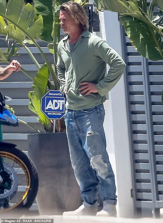 Brad Pitt xuống sắc khó nhận ra sau thời gian dài ở nhà tránh dịch, còn đâu tài tử quyến rũ nhất nhì Hollywood - Ảnh 1.