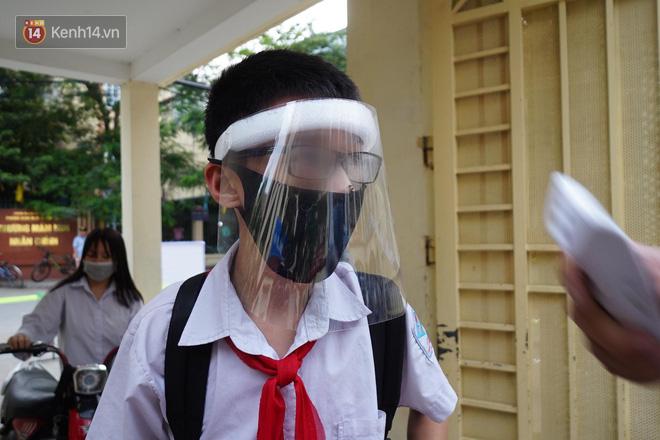 """Bác sĩ lên tiếng về việc học sinh đeo kính chắn giọt bắn đến trường: """"Điều đó không cần thiết, còn gây khó chịu và có thể ảnh hưởng đến mắt các cháu"""" - Ảnh 1."""