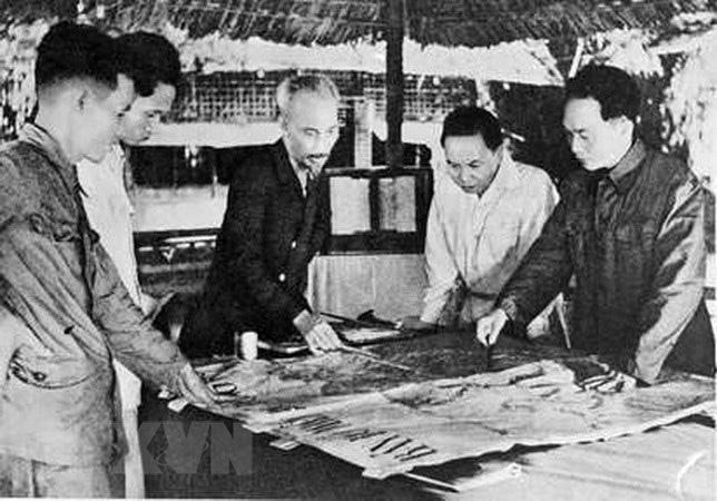 Bác Hồ và Đại tướng Võ Nguyên Giáp trong Chiến dịch Điện Biên Phủ  - Ảnh 1.