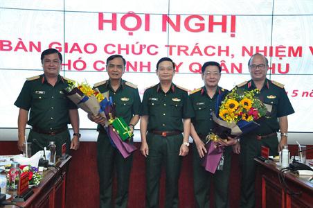 Bàn giao chức trách, nhiệm vụ Tham mưu trưởng; Phó Chính ủy Quân khu 7 - Ảnh 2.