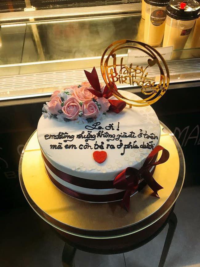 Bánh sinh nhật có lời chúc khiến chủ nhân bữa tiệc toát mồ hôi hột - Ảnh 1.