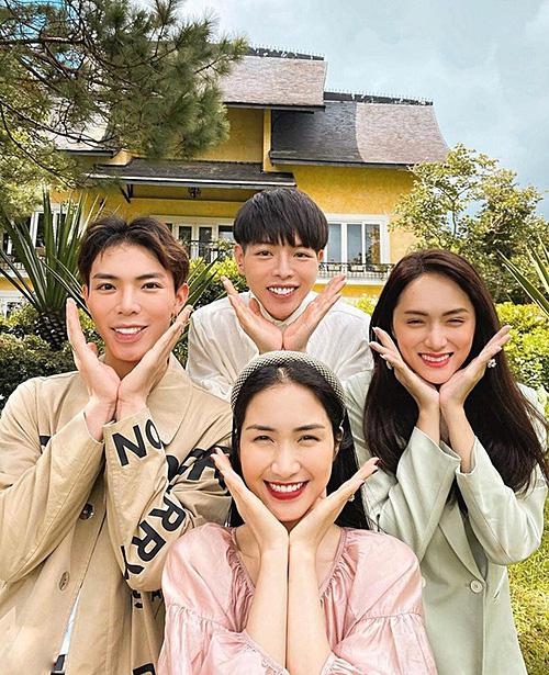 Hòa Minzy và hội bạn thân tư vấn cho khán giả chụp ảnh lầy lội khi đi chơi nhóm - Ảnh 2.