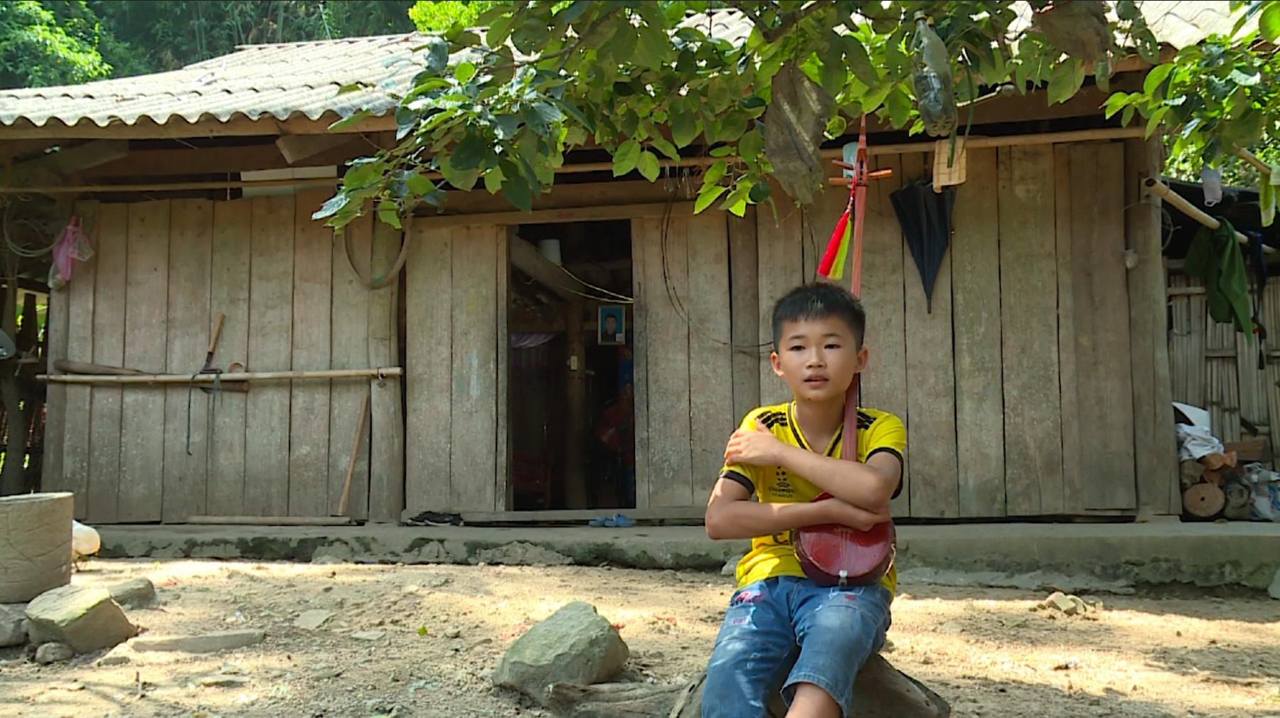 Em bé miền núi bật khóc khi được Trấn Thành tặng 20 triệu tiền mặt trên sân khấu - Ảnh 1.