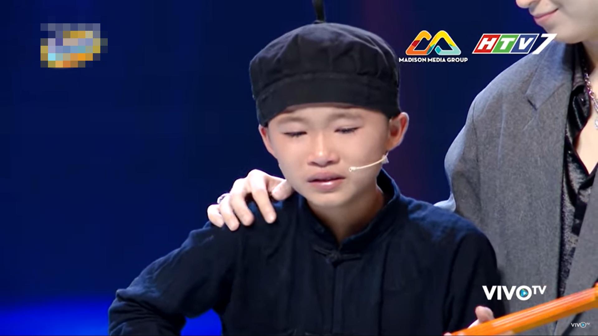 Em bé miền núi bật khóc khi được Trấn Thành tặng 20 triệu tiền mặt trên sân khấu - Ảnh 6.