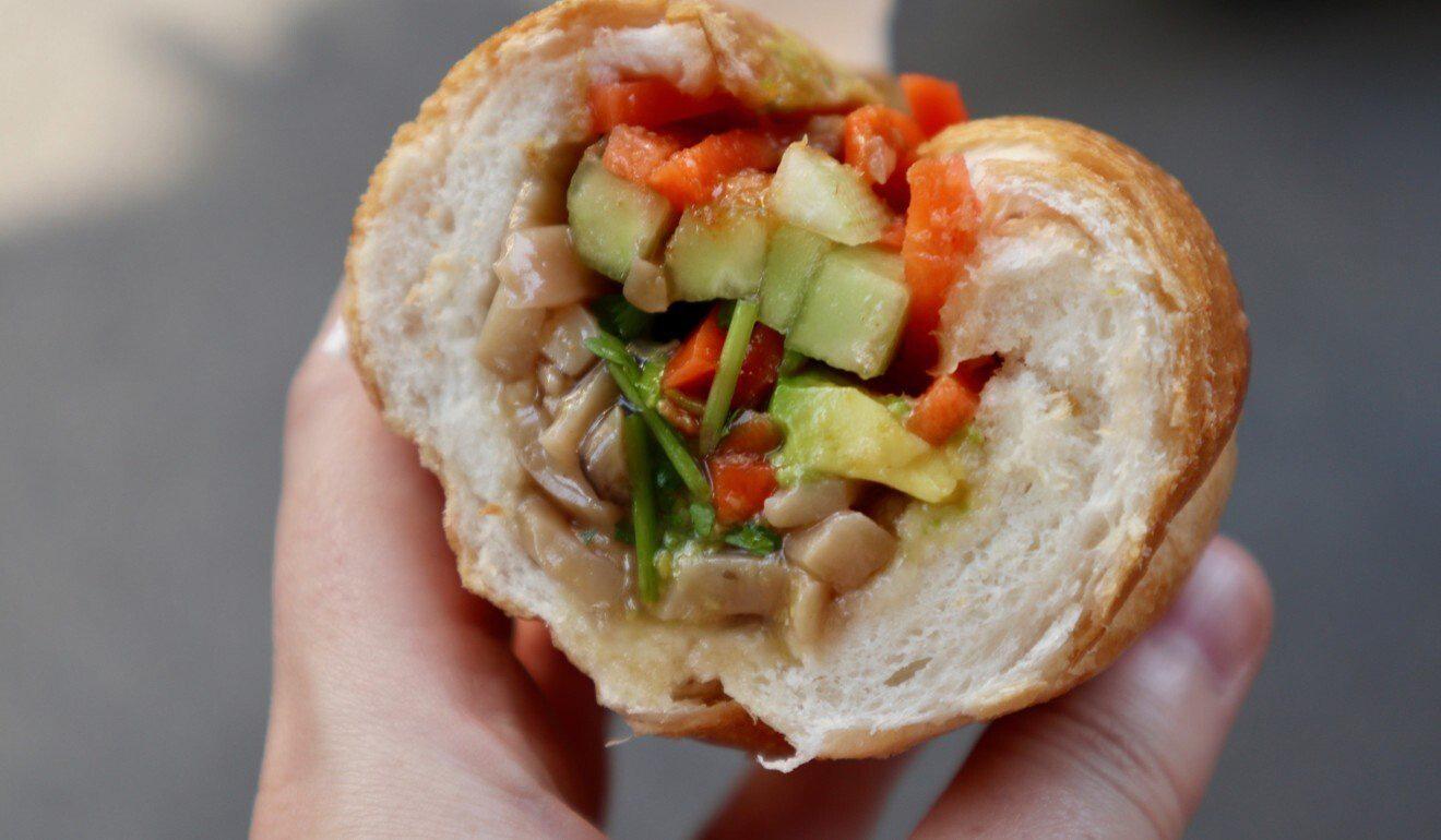 Báo ngoại kể tiếp chuyện bánh mì Việt: Từ món mặn nổi tiếng toàn cầu đến cú chuyển mình thành món chay chinh phục thực khách quốc tế - Ảnh 3.