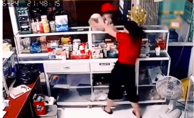 Giả vờ vào mua thuốc, nam thanh niên giật phăng dây chuyền của chủ tiệm, khoảnh khắc sau đó khiến tất cả sững sờ - Ảnh 2.