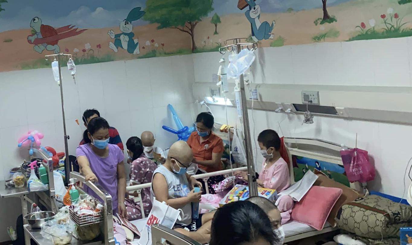 """Vụ bệnh viện ở TP.HCM bị """"tố"""" truyền hóa chất hết hạn cho bé 4 tuổi suy tuỷ: Bệnh viện nói thuốc không độc - Ảnh 1."""