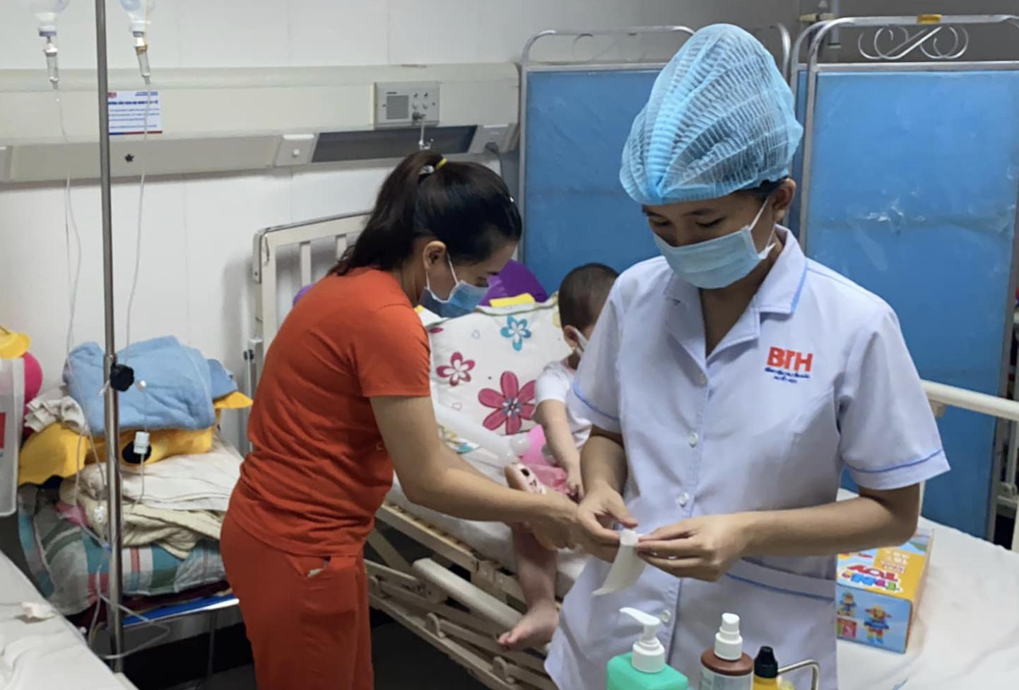 """Vụ bệnh viện ở TP.HCM bị """"tố"""" truyền hóa chất hết hạn cho bé 4 tuổi suy tuỷ: Bệnh viện nói thuốc không độc - Ảnh 2."""