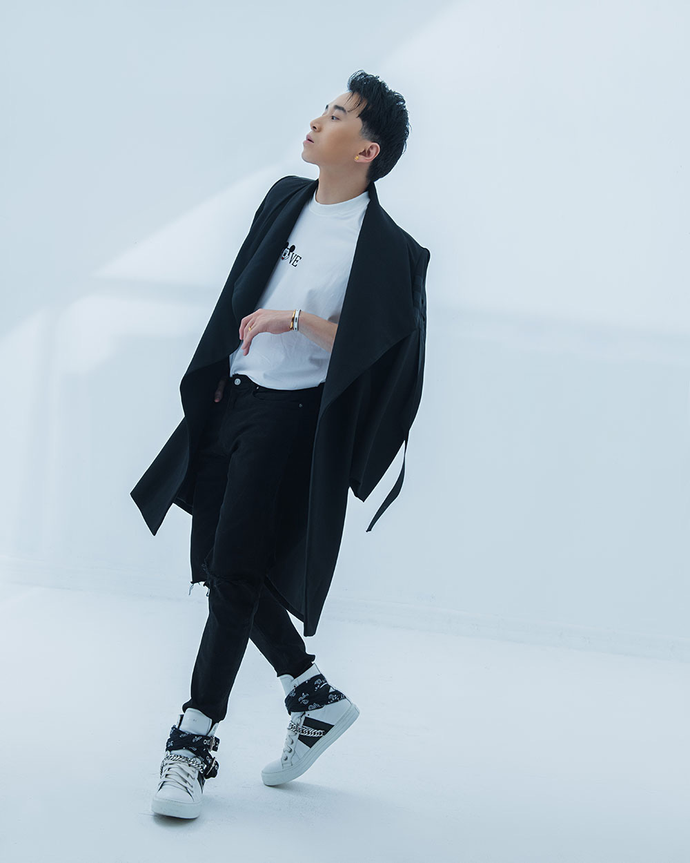 Rapper Karik khoe vẻ lạnh lùng, cá tính - Ảnh 9.
