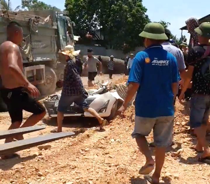 Vụ xe ben đè nát xe con ở Thanh Hóa: Cháu bé thoát chết nhờ rơi xuống chỗ để chân ghế ngồi - Ảnh 1.