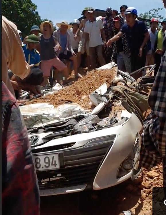 Vụ xe ben đè nát xe con ở Thanh Hóa: Cháu bé thoát chết nhờ rơi xuống chỗ để chân ghế ngồi - Ảnh 2.