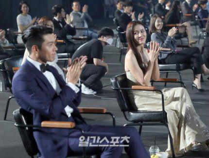 Son Ye Jin khiến các fan thích thú khi làm lại hành động tình tứ giống hệt 6 năm trước với Hyun Bin - Ảnh 1.
