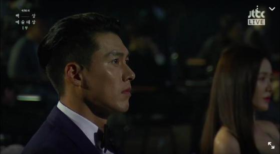 Bức ảnh hot nhất sự kiện Baeksang 2020: Hyun Bin - Son Ye Jin ngồi cách xa nhau nhưng vẫn tranh thủ liếc mắt đưa tình - Ảnh 2.