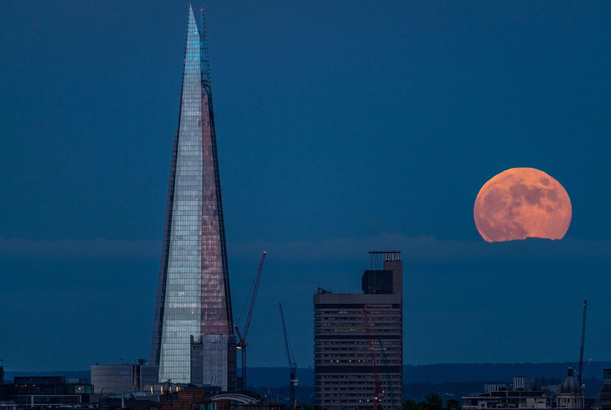 Ngất ngây với một loạt khoảnh khắc về hiện tượng mặt trăng dâu tây hiếm có diễn ra vào đêm qua, rạng sáng nay - Ảnh 2.