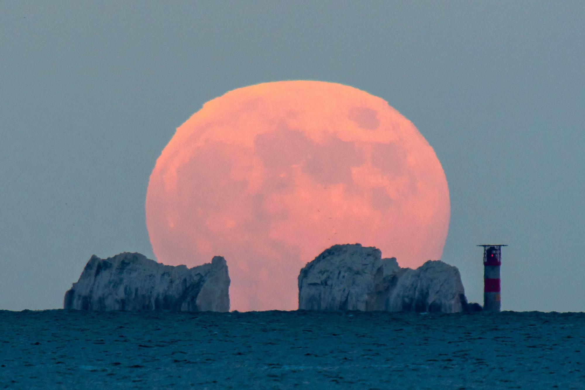 Ngất ngây với một loạt khoảnh khắc về hiện tượng mặt trăng dâu tây hiếm có diễn ra vào đêm qua, rạng sáng nay - Ảnh 1.