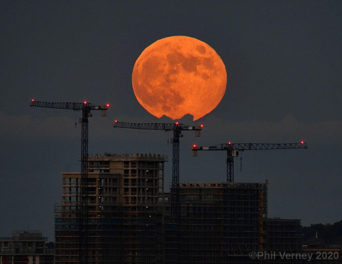 Ngất ngây với một loạt khoảnh khắc về hiện tượng mặt trăng dâu tây hiếm có diễn ra vào đêm qua, rạng sáng nay - Ảnh 4.