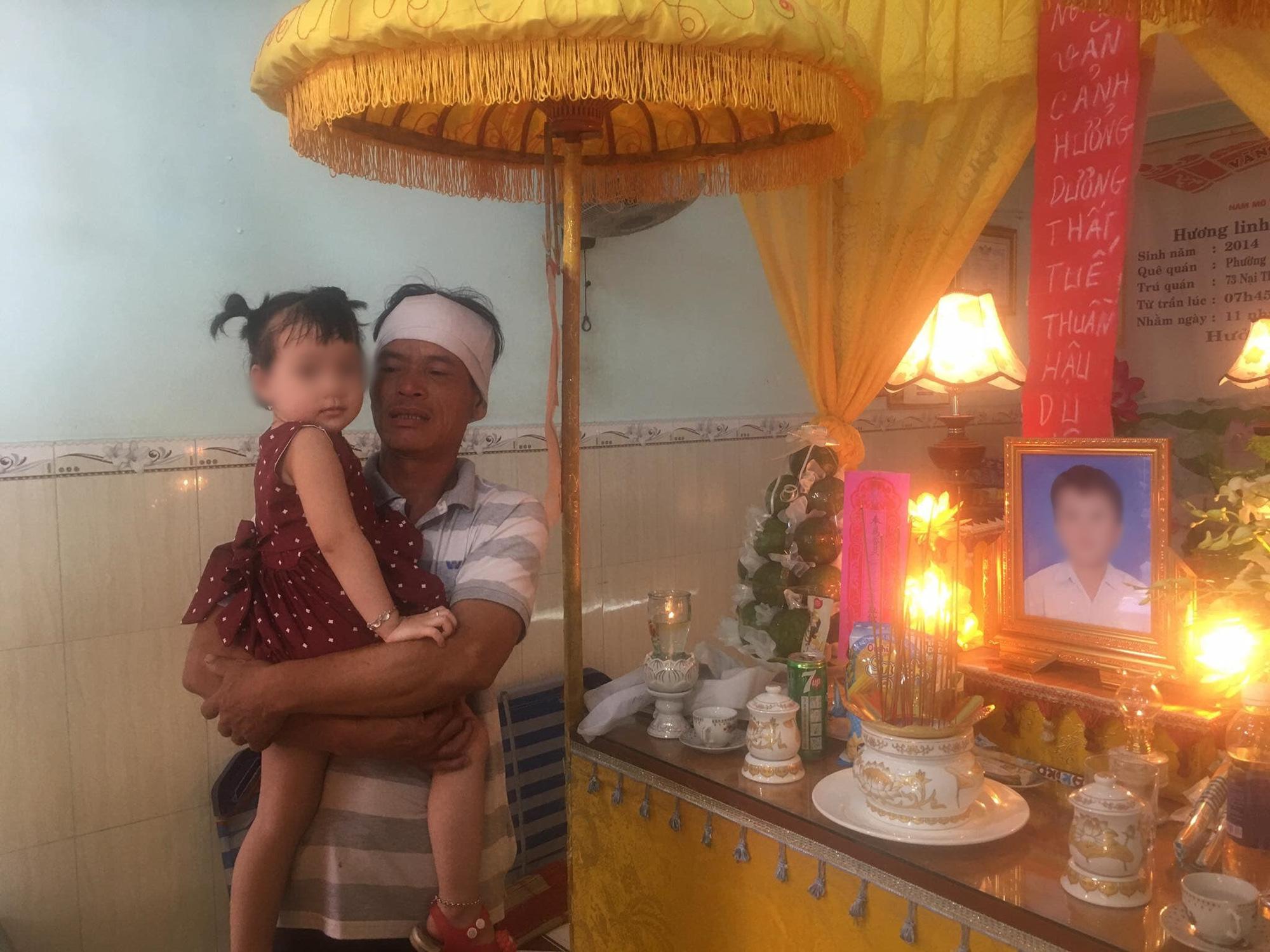 Vụ container cán xe máy khiến bé trai 6 tuổi tử vong, mẹ nguy kịch ở Đà Nẵng: Người mẹ đang mang thai, phải cưa bỏ một chân - Ảnh 1.