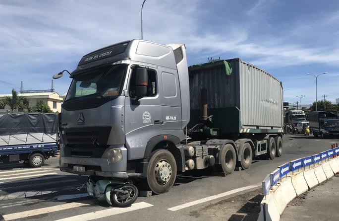 Vụ container cán xe máy khiến bé trai 6 tuổi tử vong, mẹ nguy kịch ở Đà Nẵng: Người mẹ đang mang thai, phải cưa bỏ một chân - Ảnh 3.