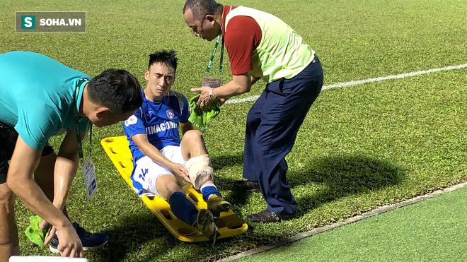 Cầu thủ V.League gãy chân kinh hoàng phẫu thuật thành công, cần 3 tháng để trở lại sân tập - Ảnh 1.