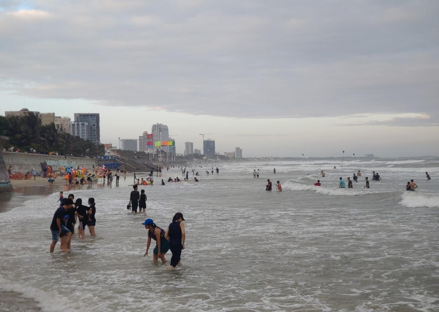 """Tai nạn nguy hiểm: Tắm biển gần nhà, bé gái 8 tuổi ở Bình Thuận bị sứa """"cắn"""" bỏng nặng - Ảnh 3."""