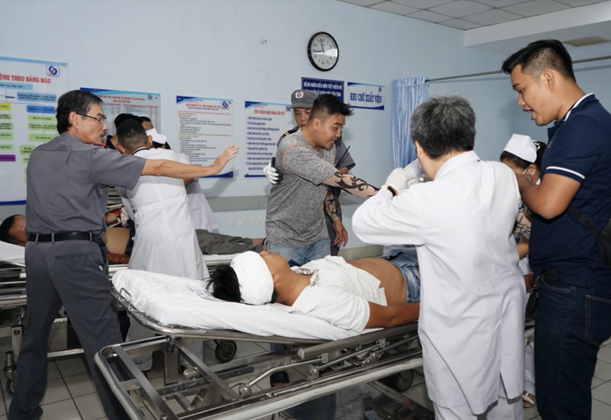"""TP.HCM: Hàng chục tên côn đồ lao vào khoa Cấp cứu bệnh viện Nhân dân Gia Định """"truy sát"""" nhau trước mặt bác sĩ - Ảnh 2."""