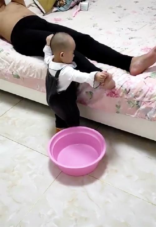 Tự nhiên thấy con bê 1 cái chậu vào phòng ngủ, mẹ phát hiện ra lý do thì bật cười hạnh phúc - Ảnh 3.