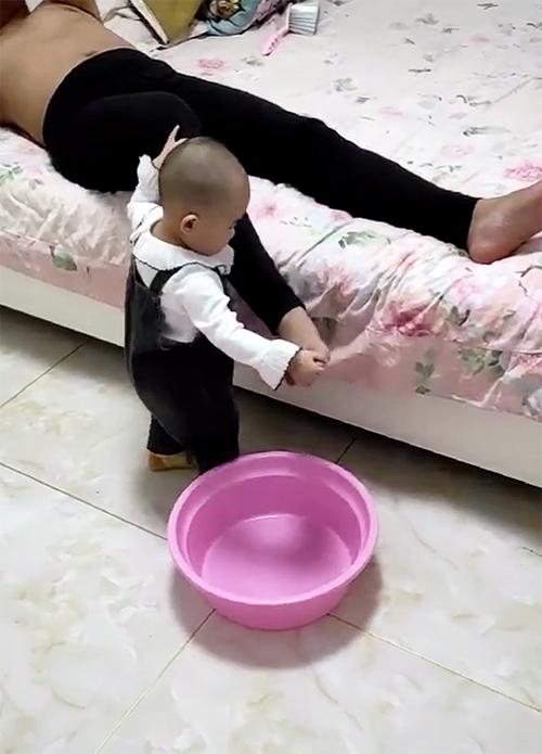 Tự nhiên thấy con bê 1 cái chậu vào phòng ngủ, mẹ phát hiện ra lý do thì bật cười hạnh phúc - Ảnh 4.
