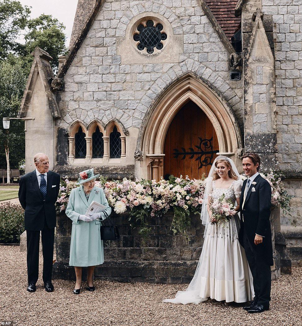 Công chúa nước Anh công bố ảnh kết hôn chính thức, vương miện và váy cưới gây chú ý hơn cả, nhắc khéo về cách cư xử của Meghan Markle  - Ảnh 2.