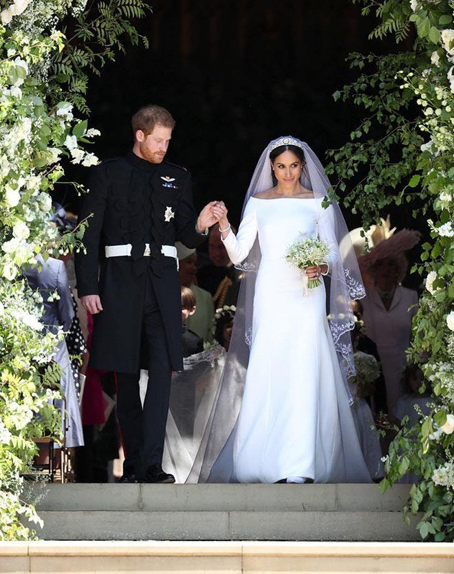 Công chúa nước Anh công bố ảnh kết hôn chính thức, vương miện và váy cưới gây chú ý hơn cả, nhắc khéo về cách cư xử của Meghan Markle  - Ảnh 5.