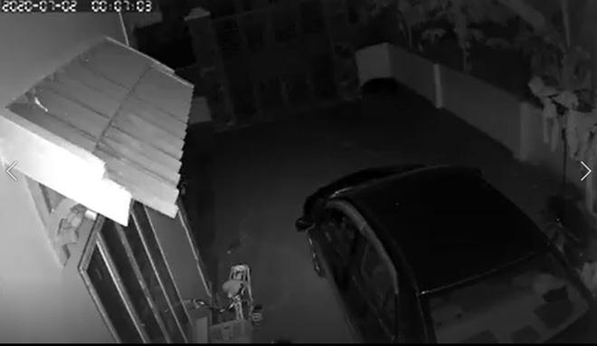Nửa đêm thấy chiếc ô tô của nhà mình bốc cháy dữ dội, chủ nhà check camera thì phát hiện sự thật không ngờ - Ảnh 2.