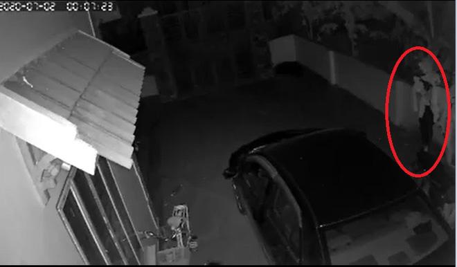 Nửa đêm thấy chiếc ô tô của nhà mình bốc cháy dữ dội, chủ nhà check camera thì phát hiện sự thật không ngờ - Ảnh 3.