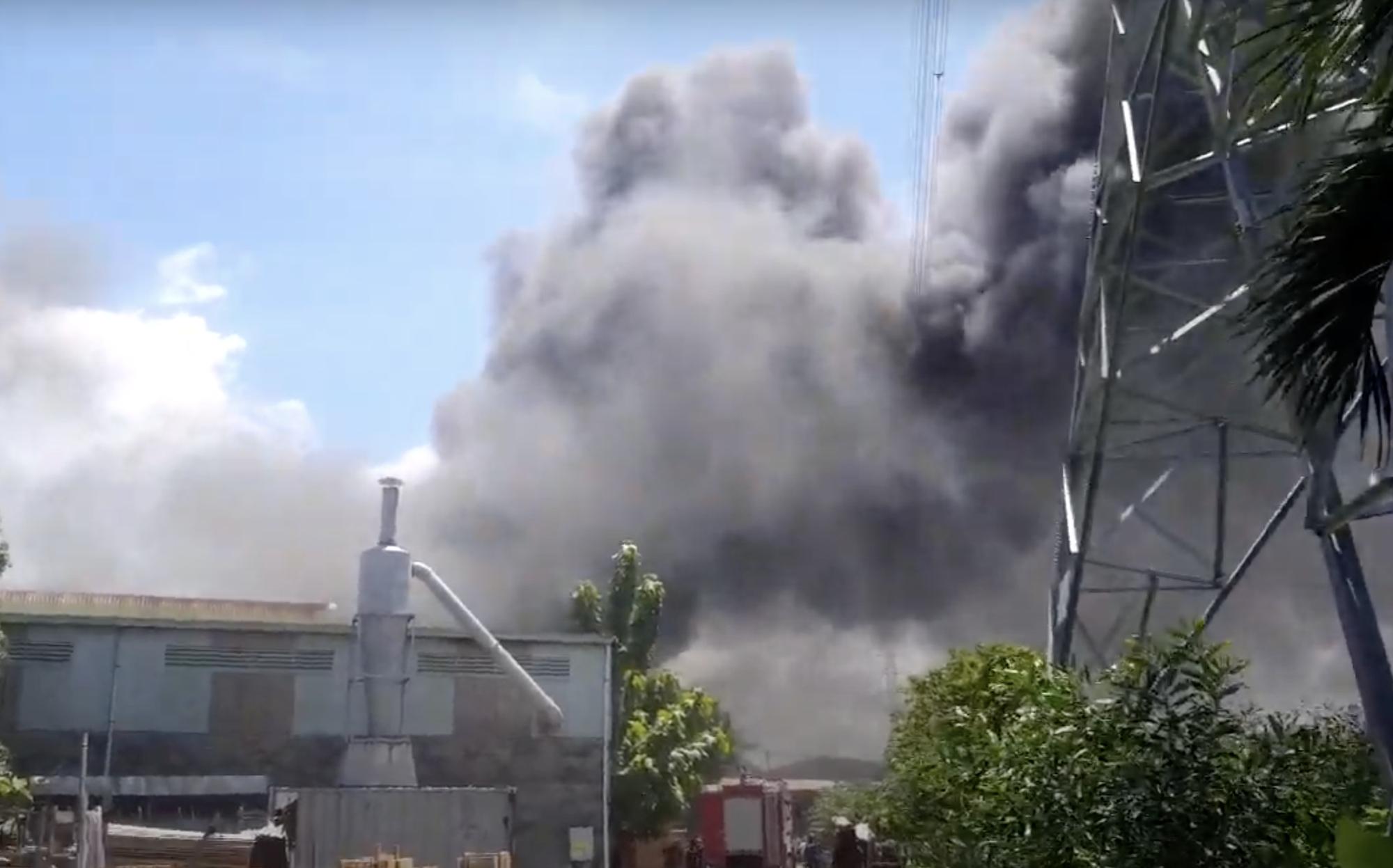 Công ty gỗ ở Bình Dương cháy dữ dội, nhiều người vô tư đến sát hiện trường... livestream dưới dòng điện cao thế - Ảnh 1.