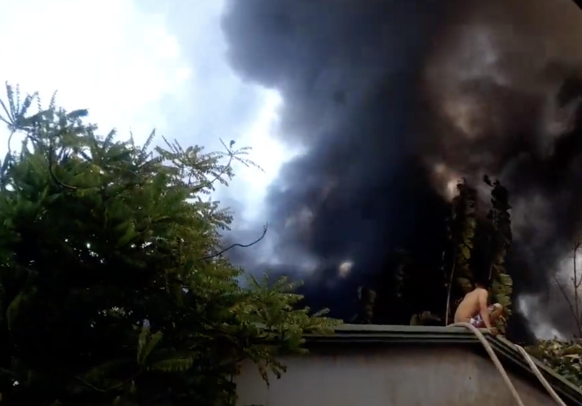 Công ty gỗ ở Bình Dương cháy dữ dội, nhiều người vô tư đến sát hiện trường... livestream dưới dòng điện cao thế - Ảnh 3.