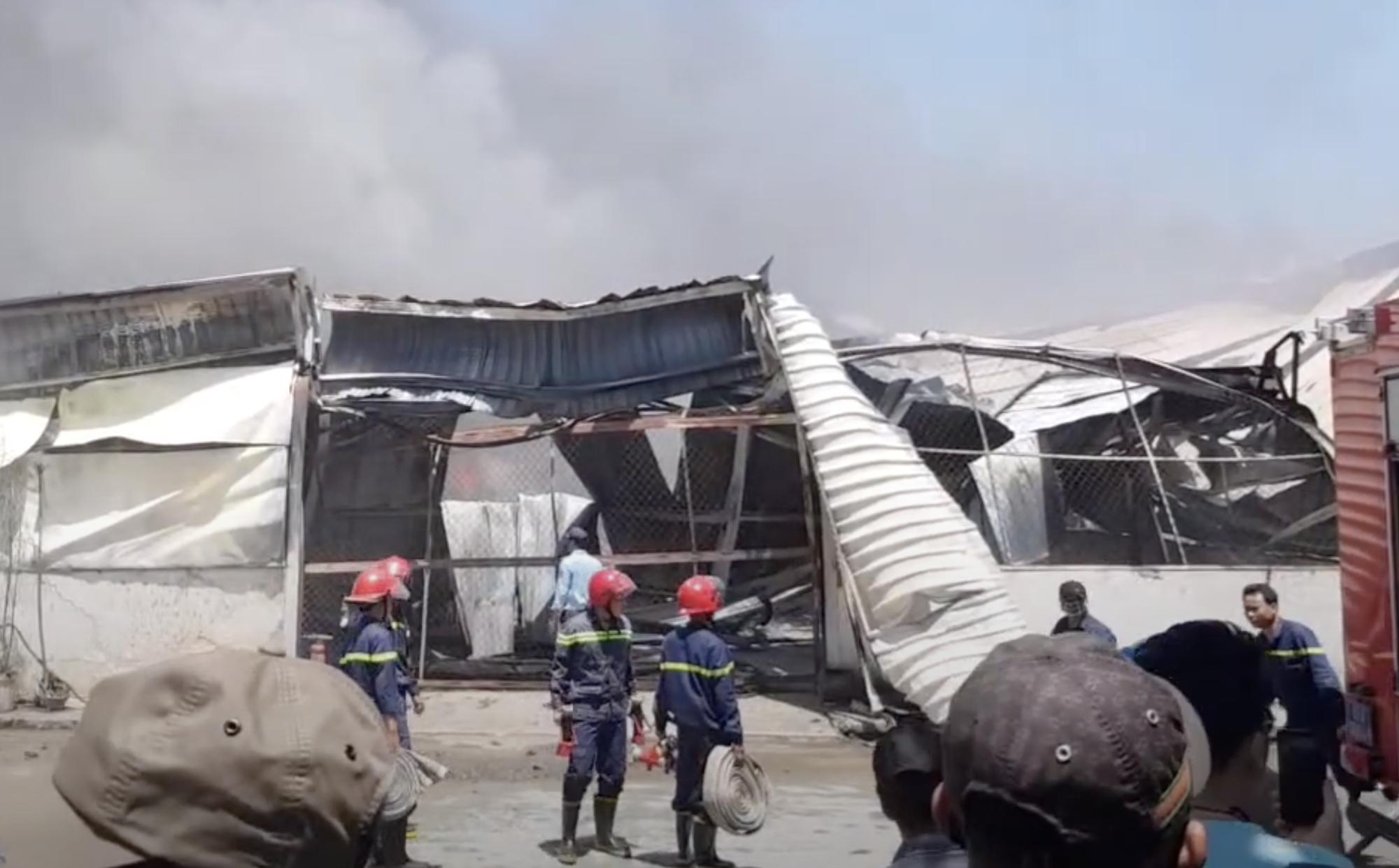 Công ty gỗ ở Bình Dương cháy dữ dội, nhiều người vô tư đến sát hiện trường... livestream dưới dòng điện cao thế - Ảnh 10.