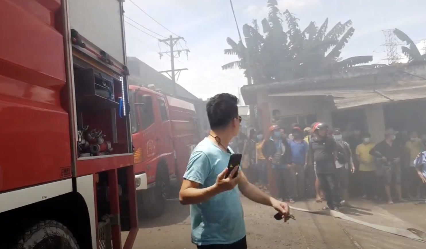 Công ty gỗ ở Bình Dương cháy dữ dội, nhiều người vô tư đến sát hiện trường... livestream dưới dòng điện cao thế - Ảnh 9.
