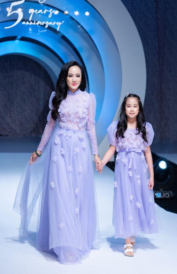 Ái nữ của BTV Hoài Anh diện váy đôi bắt trend, tự tin sải bước trên sàn catwalk với mẹ, thần thái hoàn hảo như người mẫu chuyên nghiệp khi chỉ mới 9 tuổi - Ảnh 1.