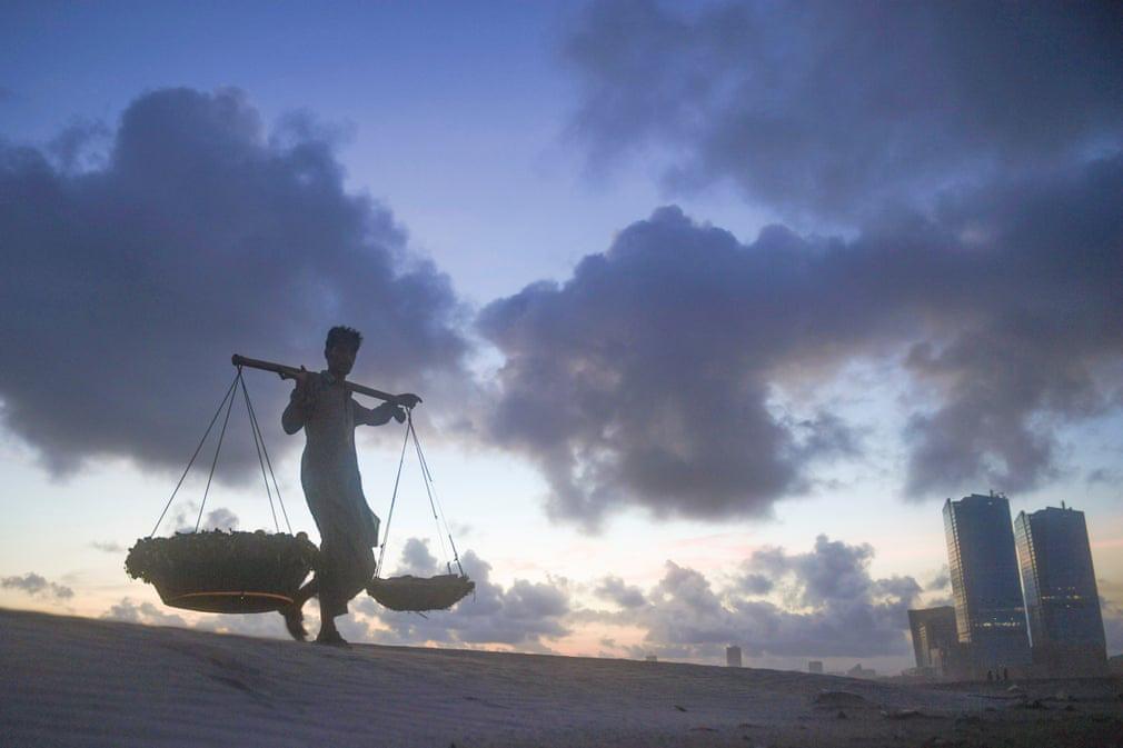 24h qua ảnh: Người đàn ông đứng trên chiếc lá súng khổng lồ ở Việt Nam - Ảnh 8.
