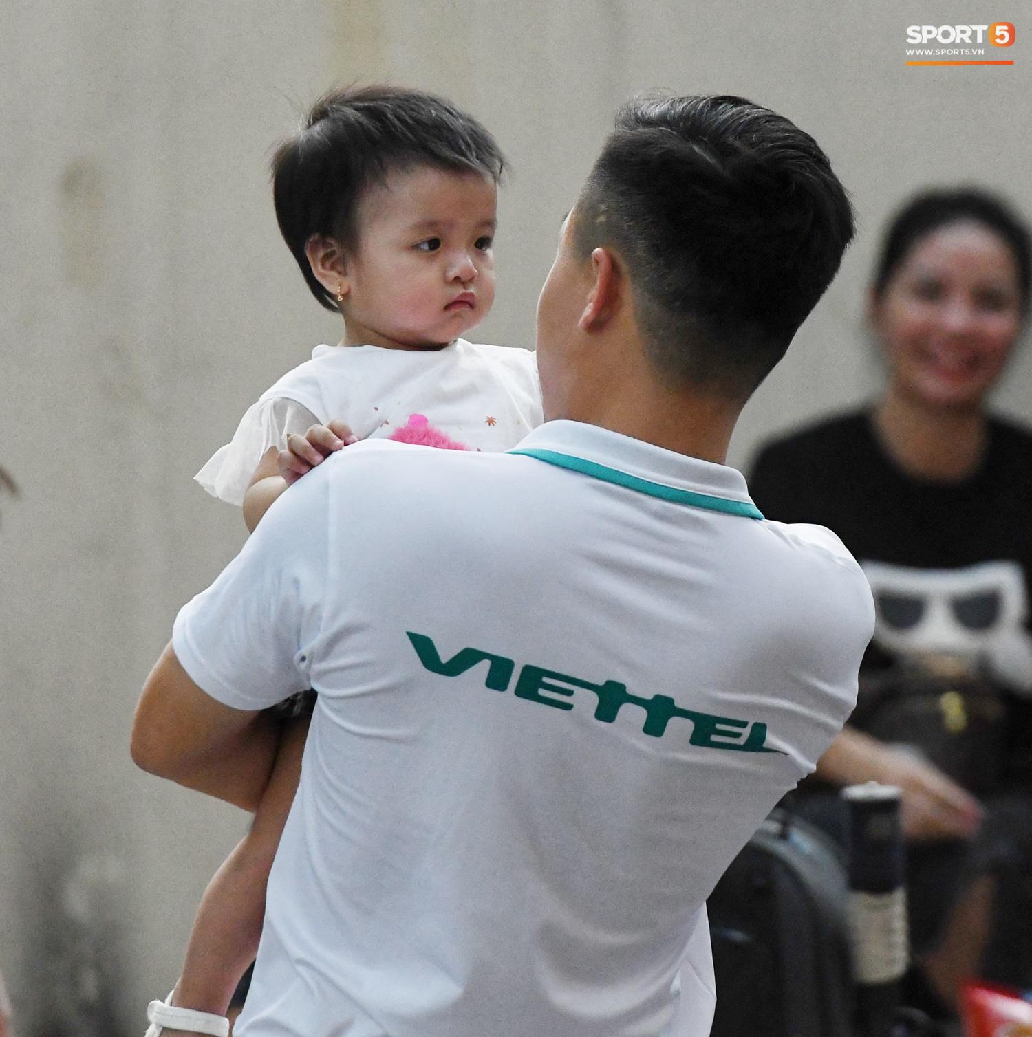"""Bạn gái Hà Đức Chinh đến sân cổ vũ trận Viettel gặp Đà Nẵng: Nhan sắc """"không giống hình đăng Face"""" - Ảnh 8."""
