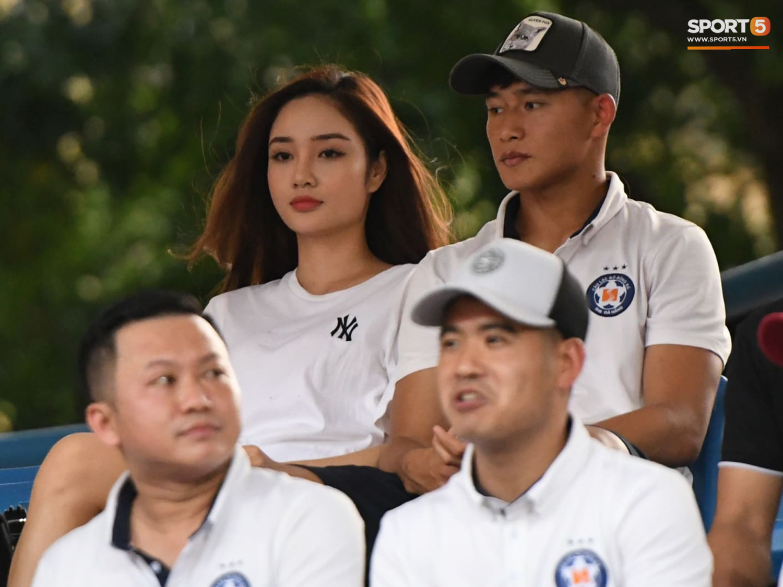 """Bạn gái Hà Đức Chinh đến sân cổ vũ trận Viettel gặp Đà Nẵng: Nhan sắc """"không giống hình đăng Face"""" - Ảnh 5."""